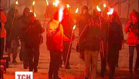 Сегодня ночью возле Стелы независимости собрались очевидцы разгона студентов