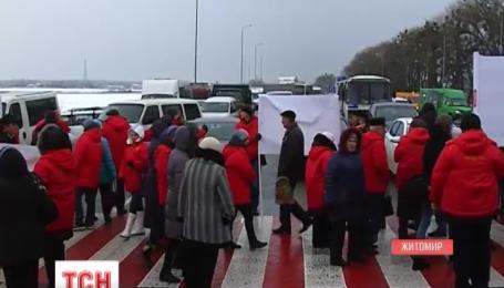 Нацгвардейцы оттеснили людей, которые перекрыли движение по трассе Киев-Чоп
