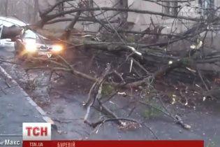 Руйнівний буревій з заходу рухається до Києва