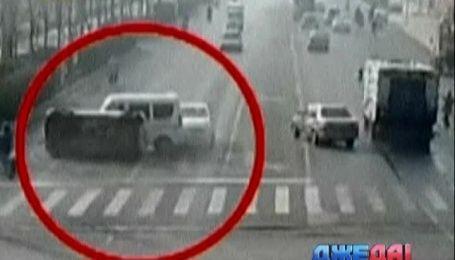 В Китае автомобили запутались в проводах прямо во время движения