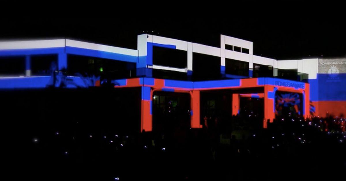 Отель Pomegranate в Греции подсветили цветами российского флага @ navalny.com