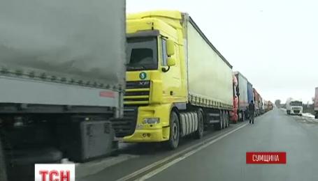 На Сумщине выстроились фуры с турецкими товарами, которые не пускают в Россию