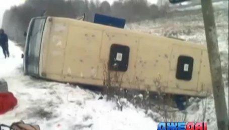 На Николаевщине из-за заснеженной дороги в кювет вылетел пассажирский автобус