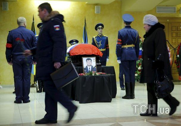 У Росії поховали пілота збитого Су-24: вкрита триколором труна та сотні квітів