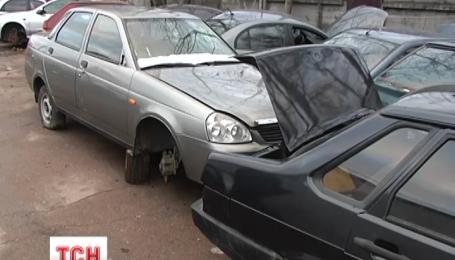 На штраф-майданчику під Києвом виявили 56 розібраних і пограбованих автомобілів