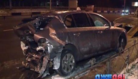 В столице горе-водитель на большой скорости протаранил два авто, которые стояли на обочине