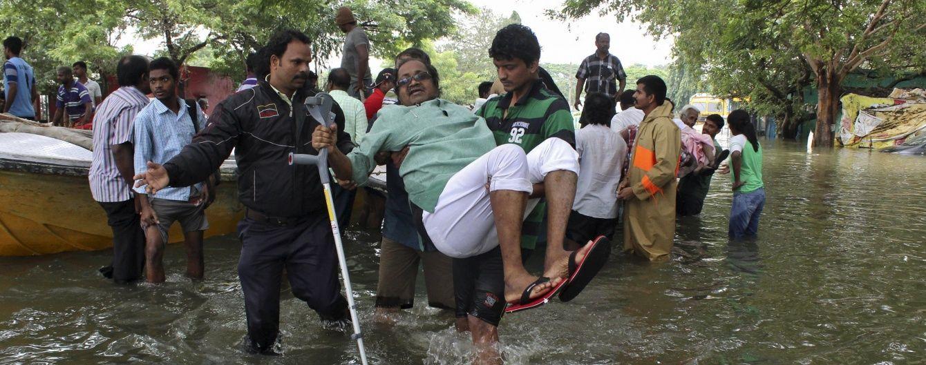 В Індії пасажирський автобус втратив рівновагу і звалився в річку
