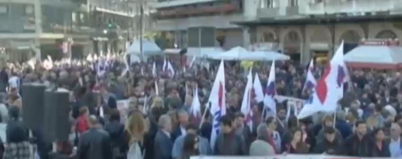 """Греки вышли на улицы с """"коктейлями Молотова"""" из-за экономного бюджета Ципраса"""