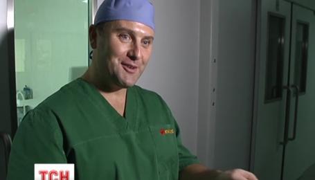 Сегодня в Украину приехал хирург Аллан Стюарт