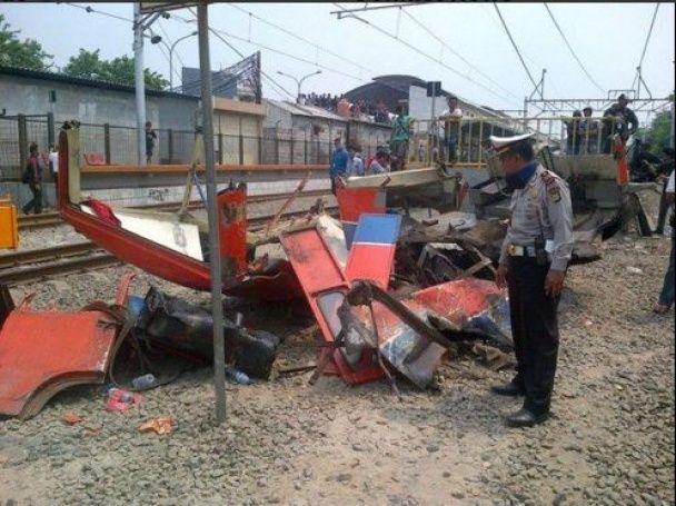 У столиці Індонезії потяг протаранив мікроавтобус із пасажирами, є загиблі
