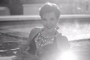 60-річна матір Кім Кардашян у купальнику приголомшила звабливою фігурою