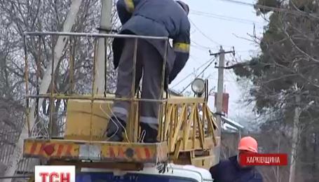 Жители двух поселков в Харьковской области перекрывали дорогу, требуя включить им свет