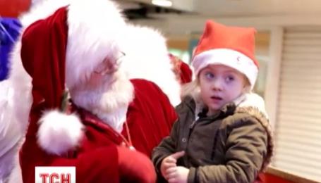 Пользователей растрогало видео, на котором Санта разговаривает с глухой девочкой на языке жестов