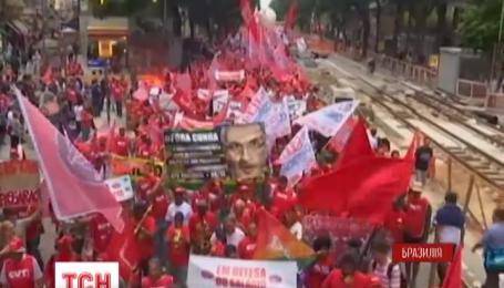 Тисячі людей вийшли на вулиці Ріо-де-Жанейро на знак протесту проти імпічменту Ділми Русефф