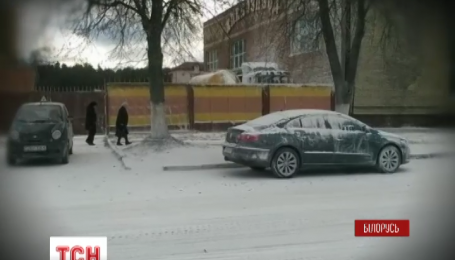 Улицу Солигорск вместо снега засыпало мукой