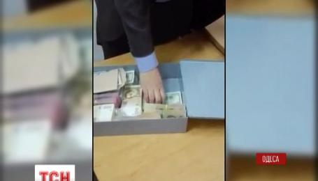 Слідчі обшукали банківську скриньку чиновника, затриманого в Одесі на півмільйонному хабарі