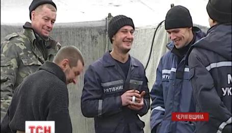 Вогнеборці гасять торфовища на Чернігівщині у купленому за власні гроші спецодязі