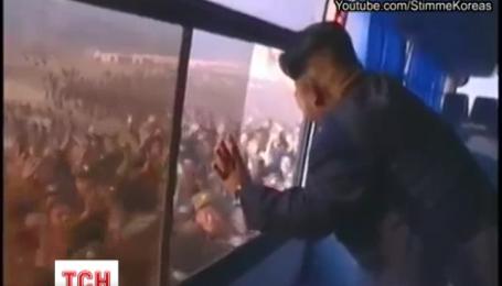 Відео масового поклоніння мешканців Північної Кореї Кім Чен Ину набирає все більшої популярності