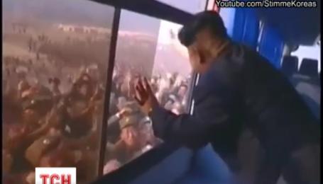 Видео массового поклонения жителей Северной Кореи лидеру Ким Чен Ыну набирает популярность