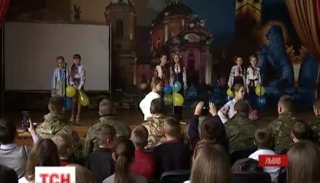 Ученики одной из школ Львова устроили для бойцов, которые скоро поедут на Восток сюрприз