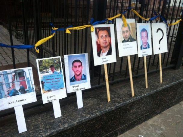 """""""Ні репресіям"""". Біля посольства РФ виклали портрети ув'язнених та зниклих кримчан"""
