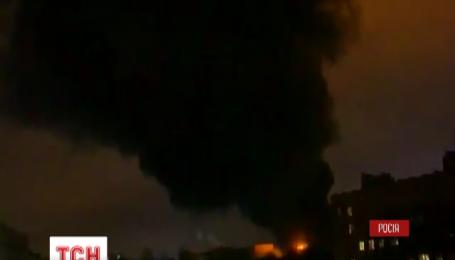 У Москві рятувальники намагаються приборкати масштабну пожежу