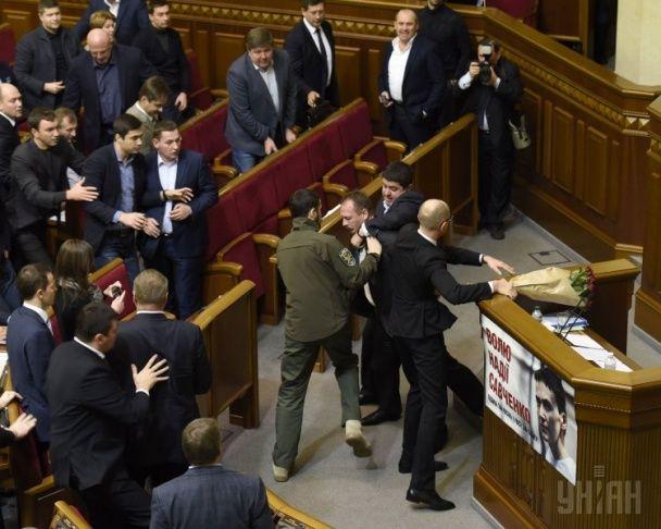 """""""Інтимні"""" обійми Яценюка та Барни і масова бійка нардепів. Як відбувалося скандальне засідання ВР"""