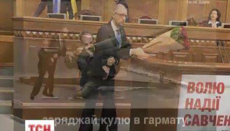 """Інтернет вибухнув фотожабами на """"обійми"""" Барни з Яценюком"""