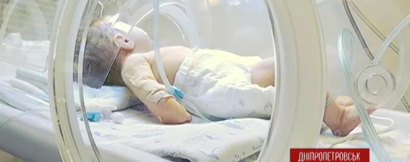 У Дніпропетровську померло немовля, яке матір викинула у вікно після пологів