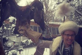 Ксения Собчак примерила казахский костюм и сфотографировалась с орлом