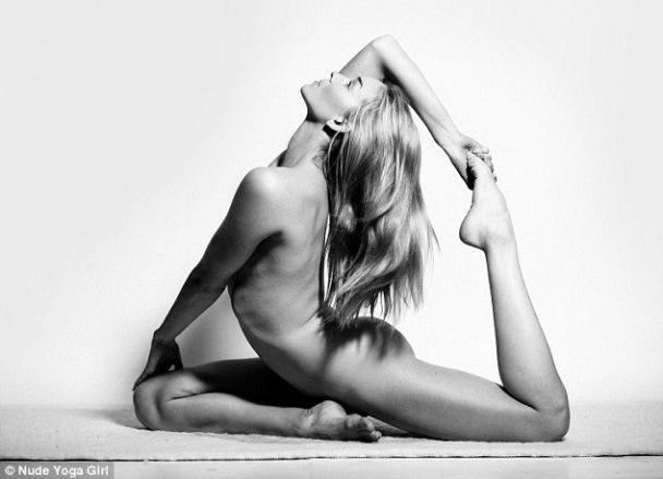 В Instagram набирають популярності фото дівчини, яка полюбляє оголену йогу