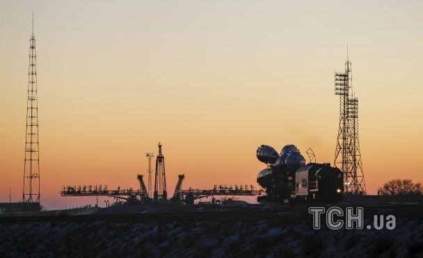 """Reuters показав видовищні фото ракети-носія """"Союз"""", яку готують до запуску"""