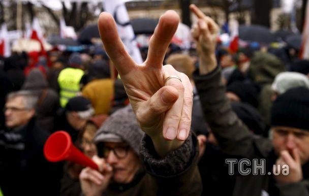 Варшавою пройшлися десятки тисяч незадоволених діями влади