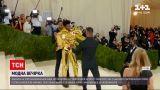 Новости мира: в Нью-Йорке на ежегодной вечеринке Met Gala гостям предложили нарядиться как Америка