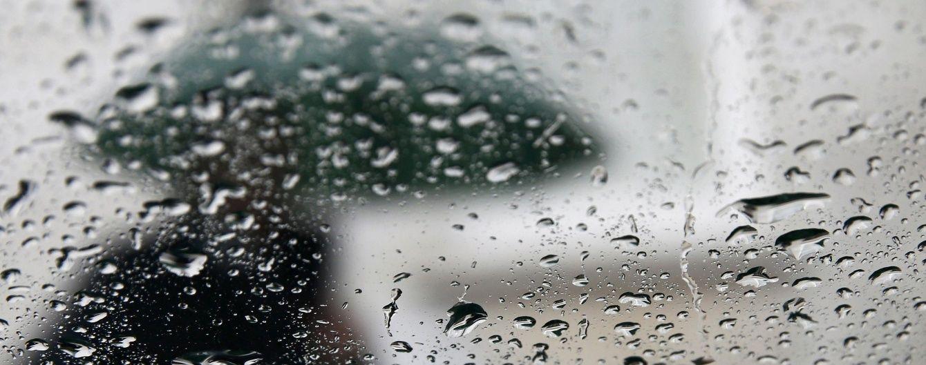 Українців продовжать заливати грозові дощі