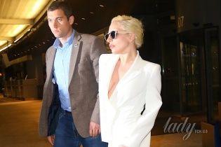 Lady Gaga забыла надеть белье под деловой костюм