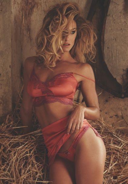 Спокуслива Бар Рафаелі показала сексуальну фігуру у прозорому спідньому