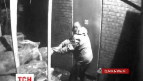 Двоє невідомих винесли 190 ялинок із маленької сімейної крамниці поблизу Манчестеру