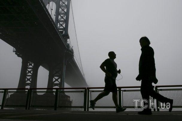 Найяскравіші фото дня: Ейфелева вежа у тумані, казки від Мішель Обами, фабрика Святого Миколая