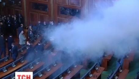 В парламенте Косово снова бросались дымовыми шашками