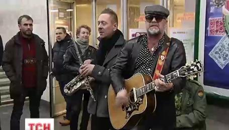 Борис Гребенщиков влаштував імпровізований міні-концерт на станції «Золоті Ворота» у Києві