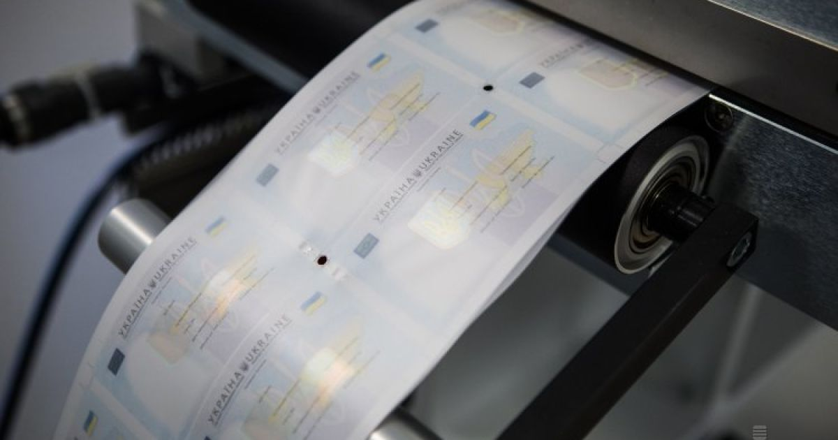 В Україні запустили виробництво пластикових паспортів