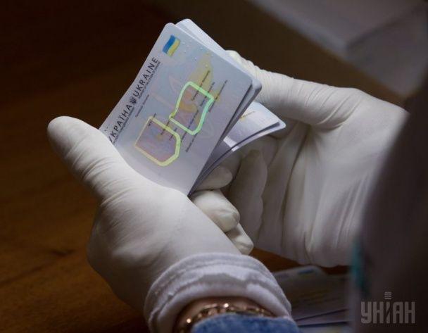 """Как """"рождаются"""" новые пластиковые паспорта для украинцев: фото с производства"""