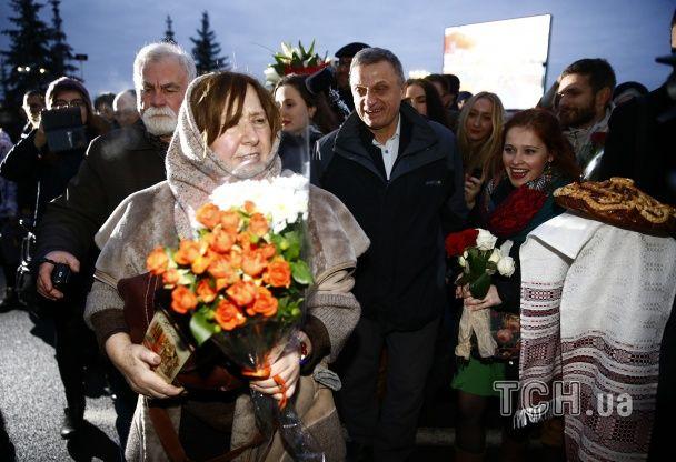 У Мінську сотні білорусів зустрічали Алексієвич з квітами і короваєм, від Лукашенка - ніхто