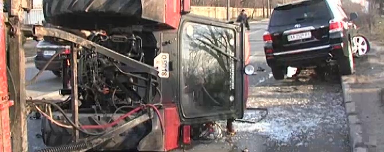У Києві трактор протаранив джип і перекинувся