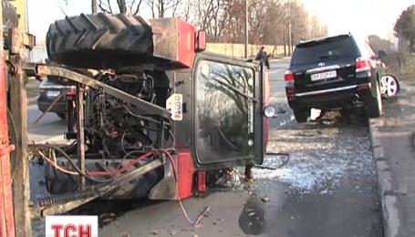 Посреди проезжей части в Киеве трактор перевернулся вверх колесами