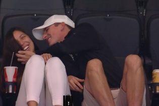 Американка стала известна на весь мир из-за игнора парня во время камеры для поцелуев на матче НБА