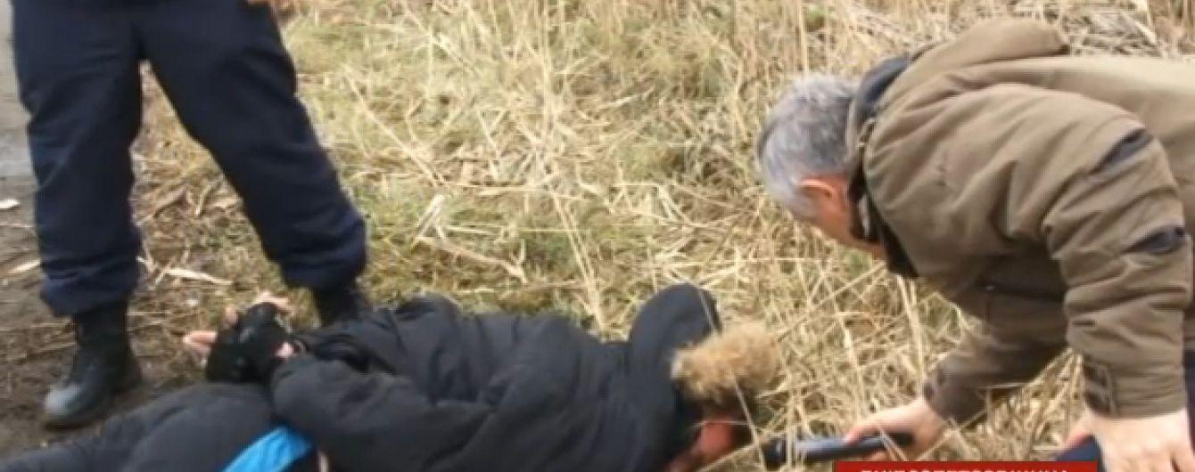 На Дніпропетровщині чоловік влаштував стрілянину з викраденням автомобіля