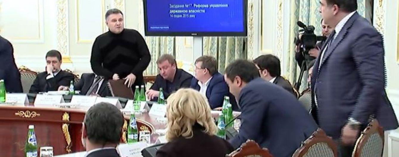 """""""Склянка розбрату"""". Конфлікт Авакова та Саакашвілі – це криза в найвищому керівництві України"""