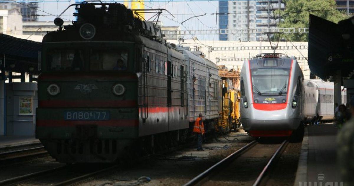 """""""Укрзализныця"""" оставила курсировать на выходных пять """"летних"""" поездов"""